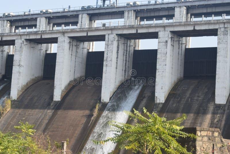 在河的水水坝 免版税图库摄影