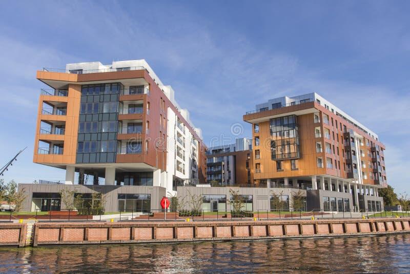 在河的河岸的现代居民住房在格但斯克 波兰 免版税库存图片