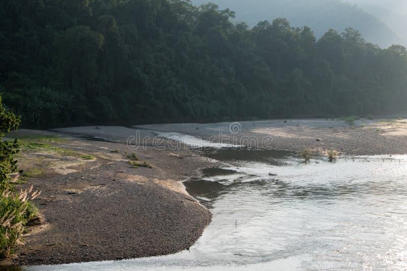 在河的河岸的石海滩 免版税库存图片