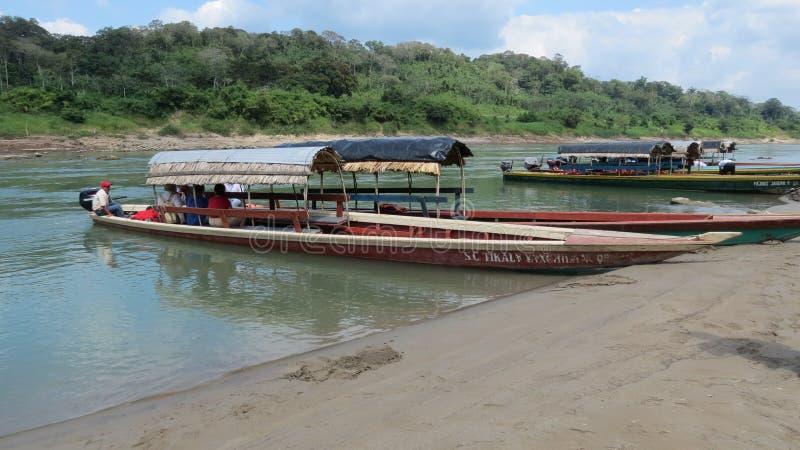 在河的河船在危地马拉和墨西哥之间 免版税库存照片