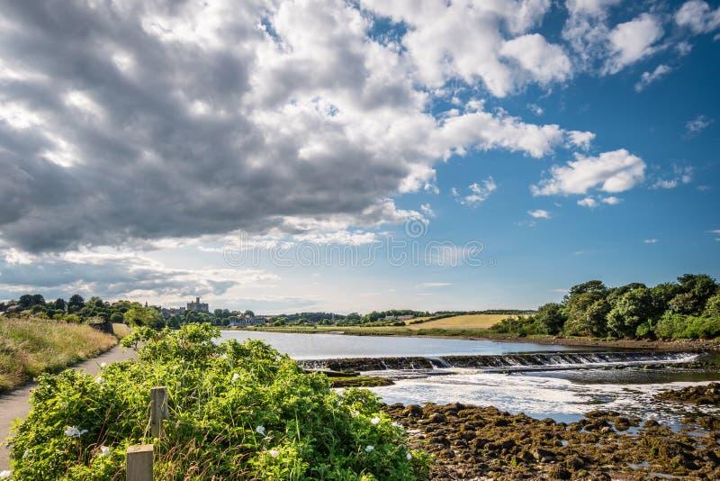 在河的测流堰在Warkworth下卖弄风情 库存图片