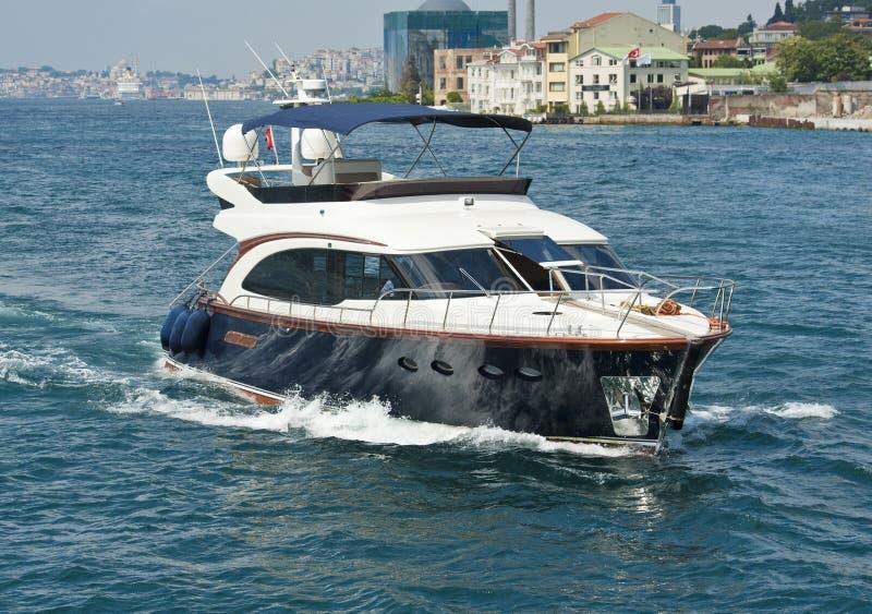 在河的私有马达游艇航行 库存图片