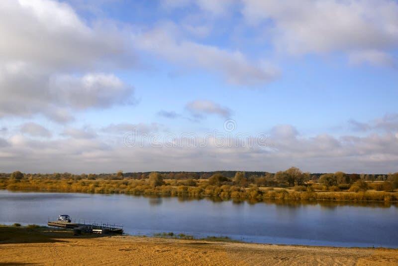 在河的秋天风景在一个晴天 库存图片