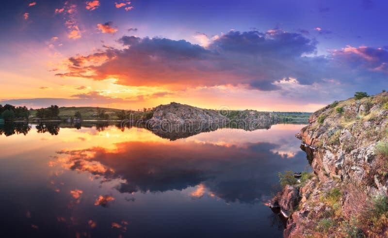 在河的美好的夏天日落有五颜六色的天空的 免版税库存照片