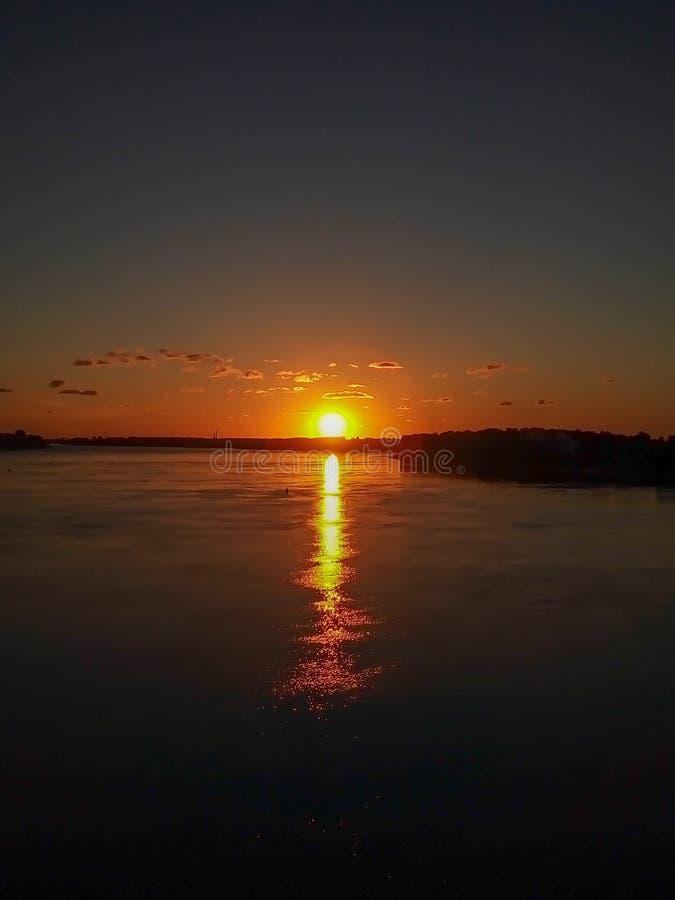 在河的美好的橙色日落 库存照片