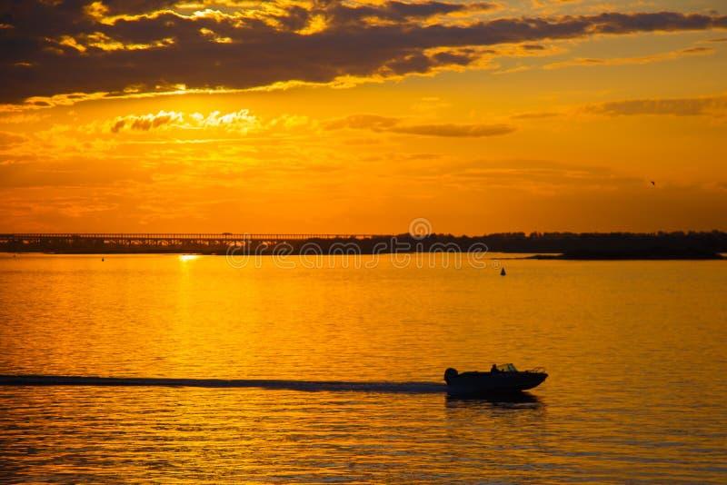 在河的美好的金黄日落 免版税库存照片