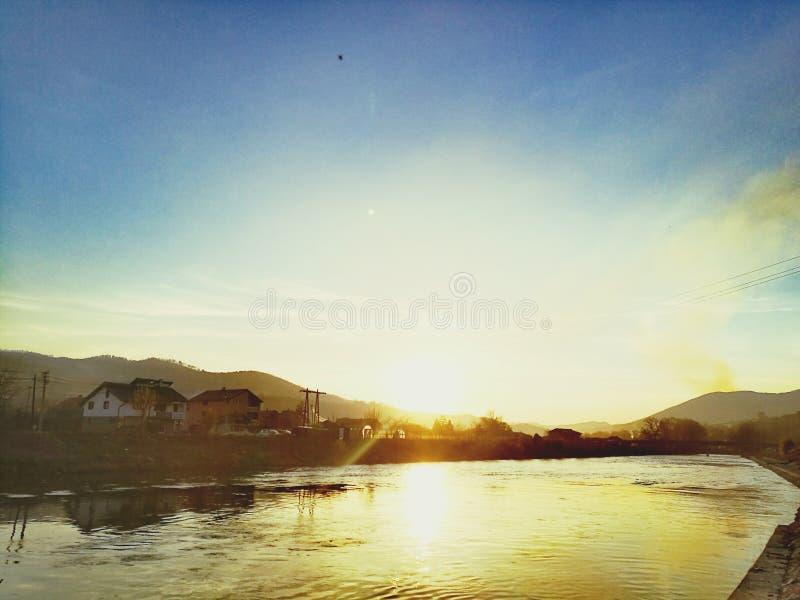 在河的美好的阳光 免版税库存照片
