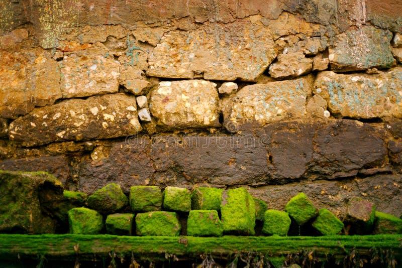 在河的老墙壁 免版税库存图片