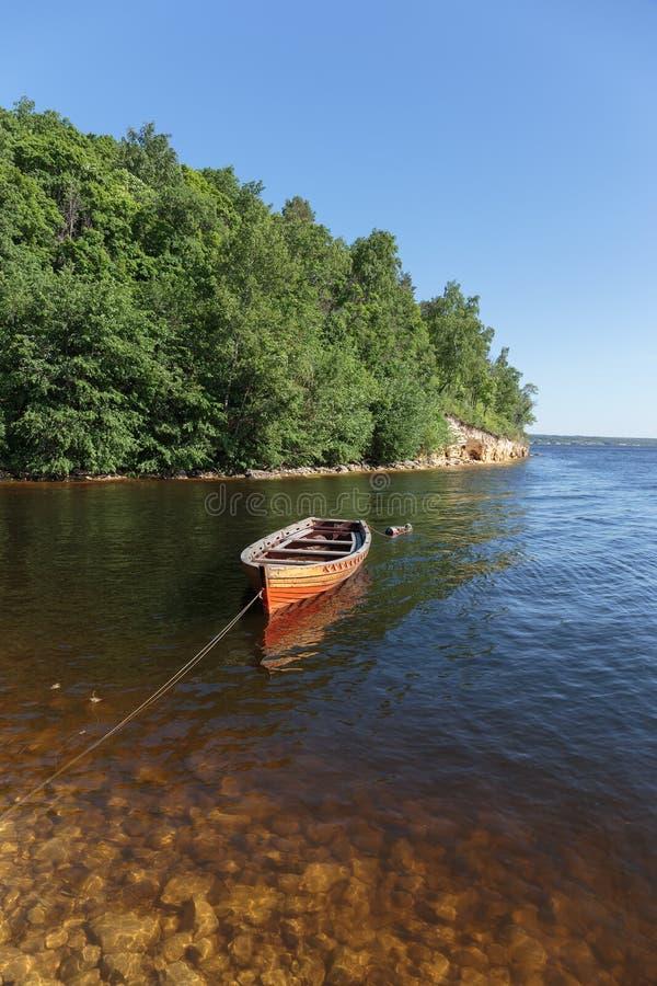 Download 在河的老木小船 库存照片. 图片 包括有 池塘, 平静, 渔夫, 没人, 本质, 捕鱼, 海岸, 运输, 天空 - 59100056