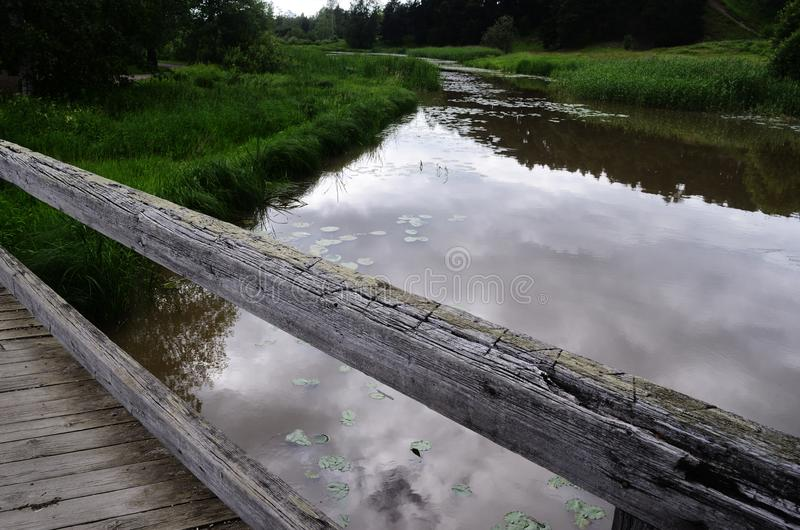 在河的老木桥 免版税库存照片