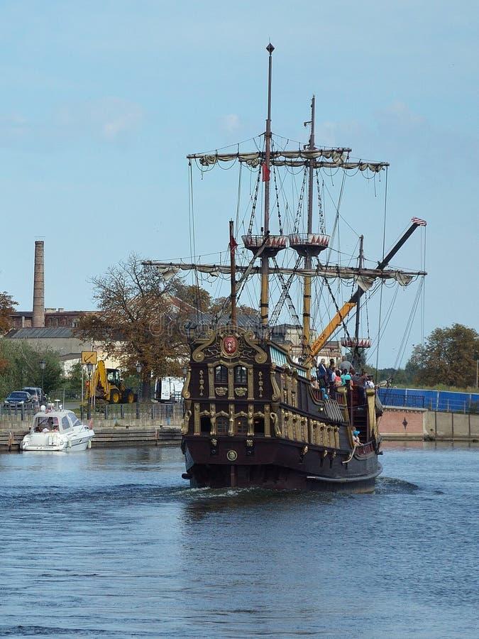 在河的老海盗船 免版税图库摄影