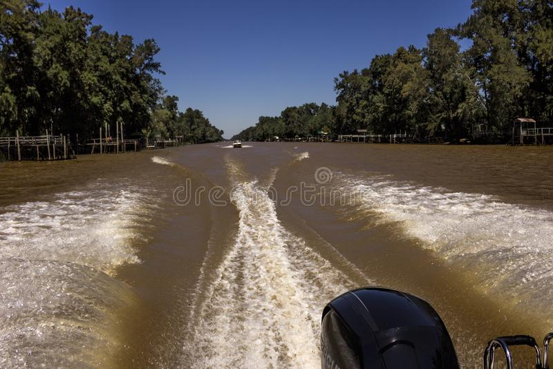 在河的苏醒在一好天气 免版税图库摄影