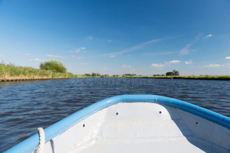 在河的蓝色小船 免版税图库摄影