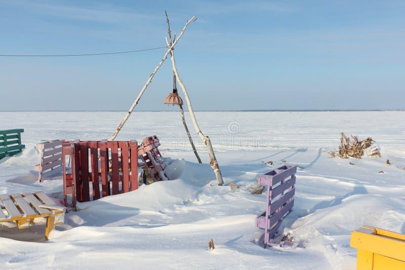在河的被放弃的海滩在冬天 免版税图库摄影