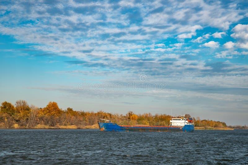 在河的货船航行口岸的 库存照片