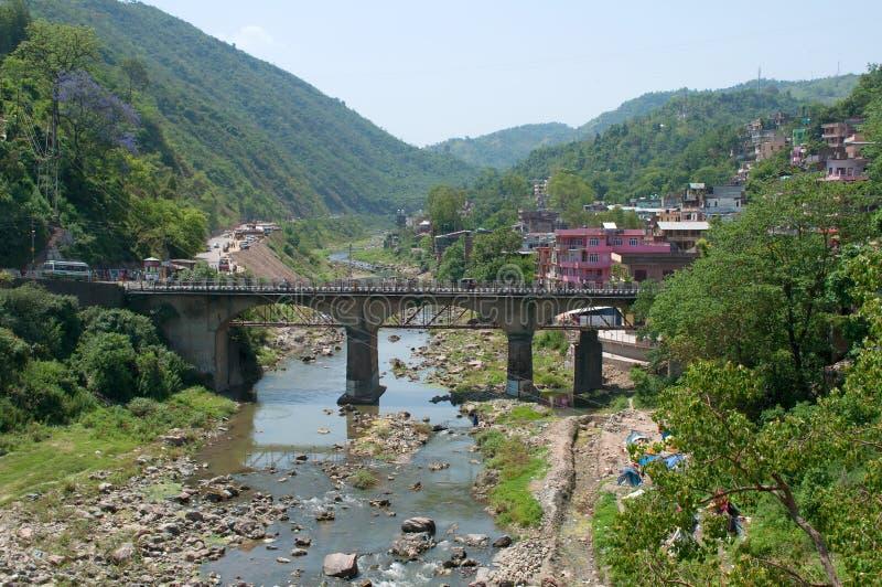 在河的路桥梁在市曼迪 喜马偕尔邦,印度 库存照片