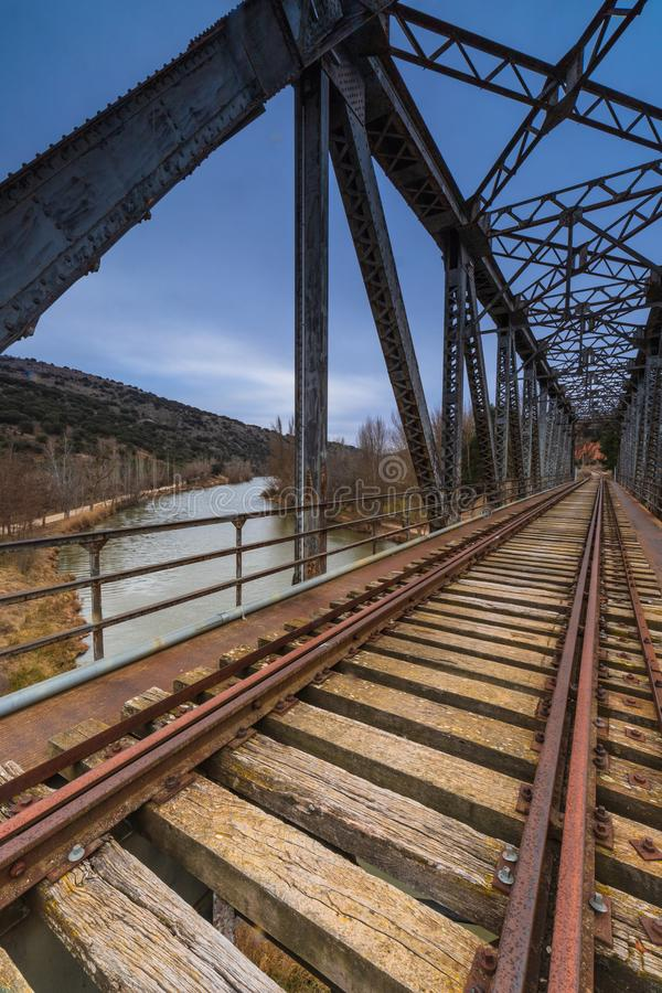 在河的铁桥梁 免版税库存图片