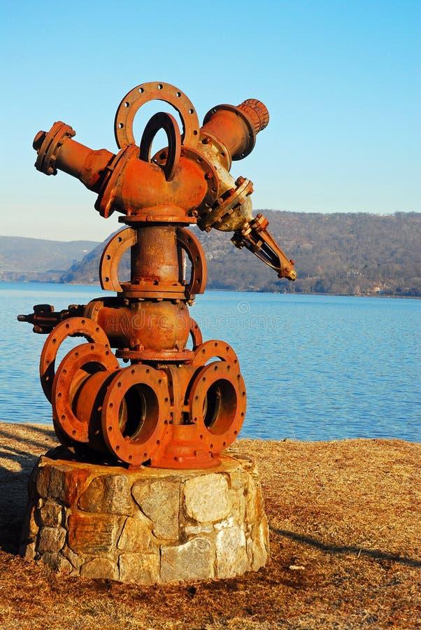 在河的铁泵浦Scuplture 库存图片