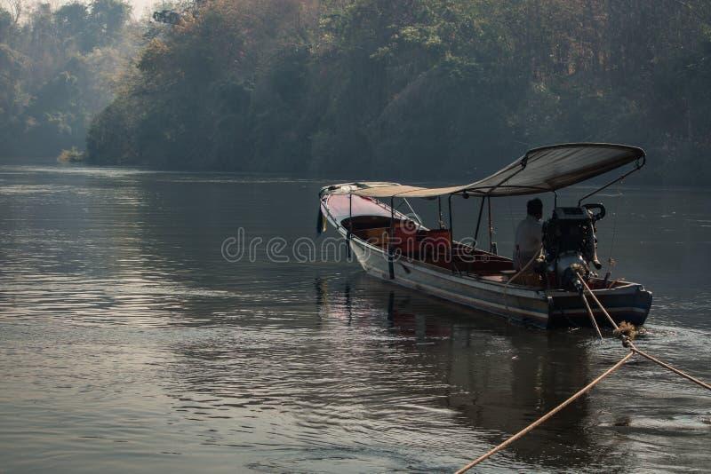 在河的长尾巴小船 免版税图库摄影