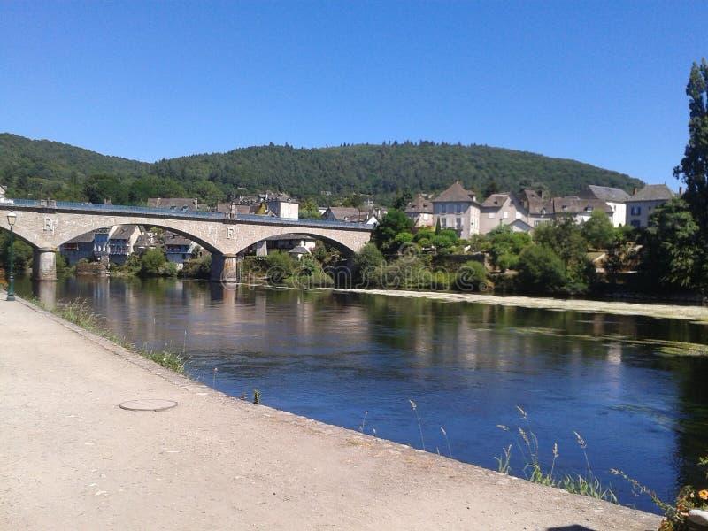 在河的阿尔让塔桥梁 皇族释放例证