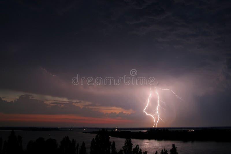 在河的雷暴和雷击在晚上 免版税库存图片