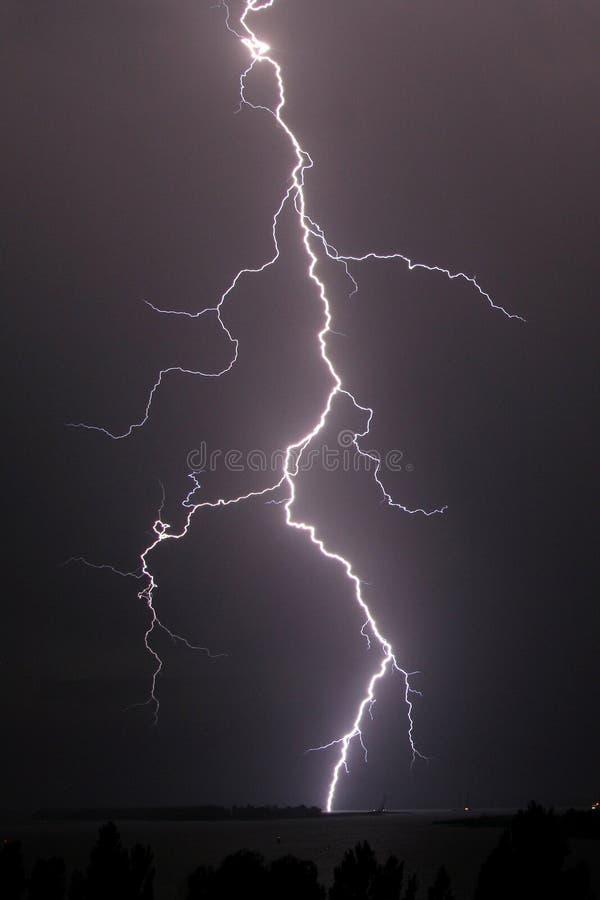 在河的雷暴和雷击在晚上 免版税库存照片