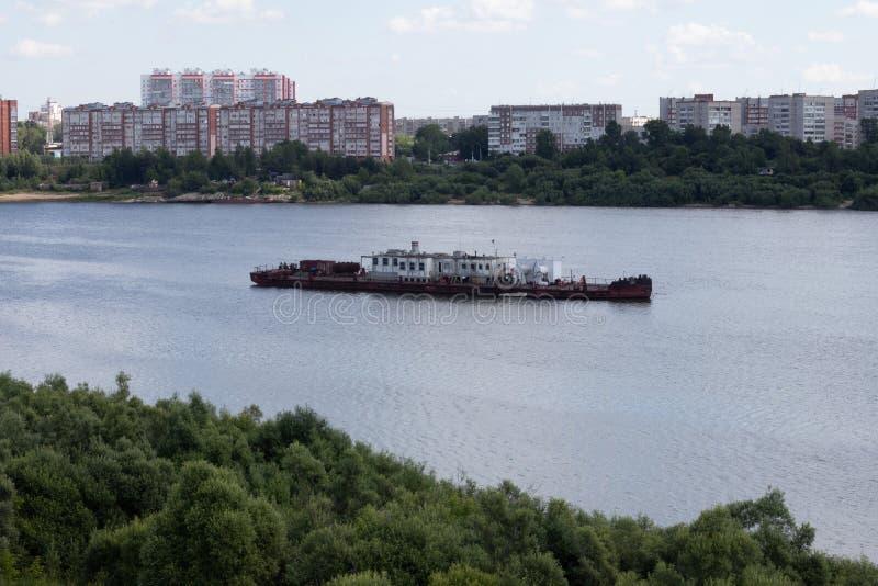 在河的驳船 免版税库存图片