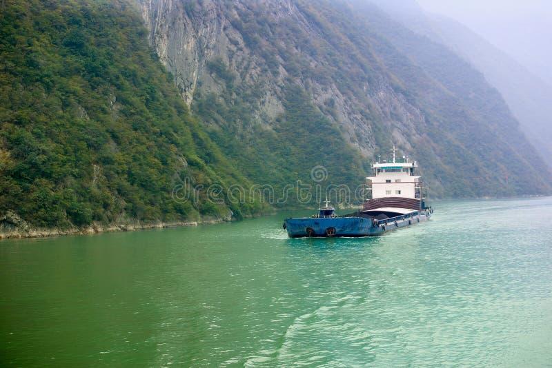 在河的货船 库存照片