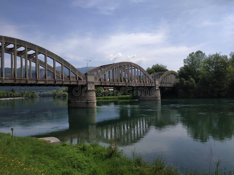 在河的3间距桥梁 库存照片
