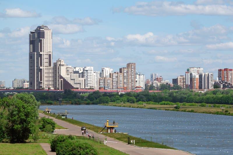 在河的Trackways巨大莫斯科赛船会的2011年 库存照片