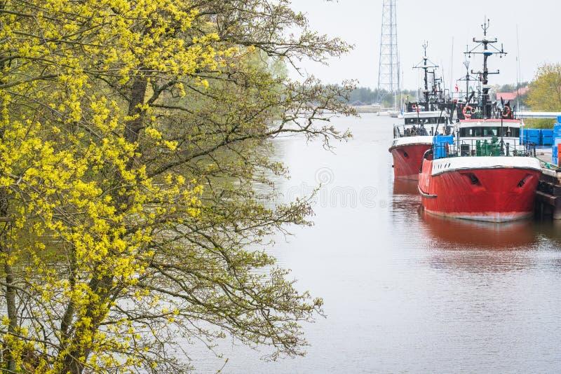 在河码头的两红色渔船 库存图片