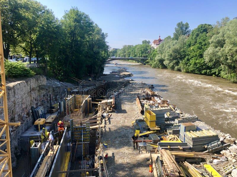 在河穆尔下的工地工作在格拉茨,奥地利 库存照片