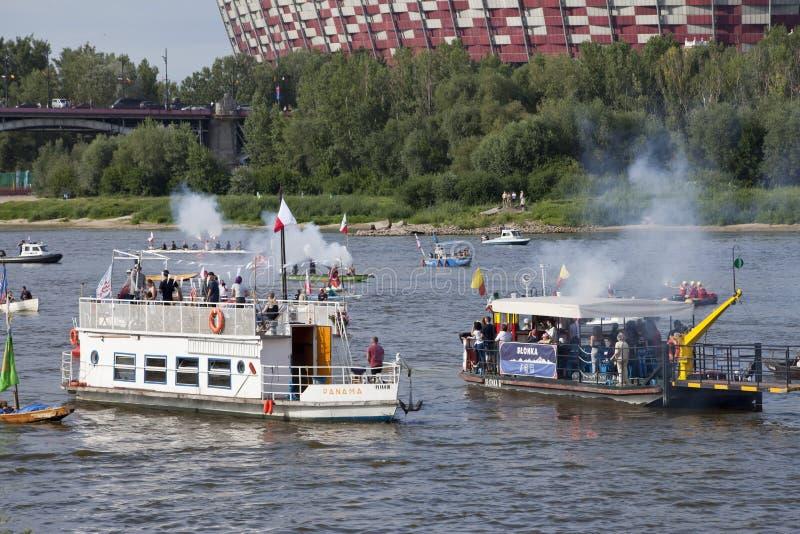在河维斯瓦河的小船在华沙在华沙起义第75周年的庆祝时  库存图片