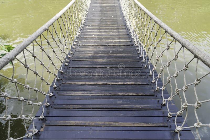 在河背景的老葡萄酒桥梁 免版税图库摄影