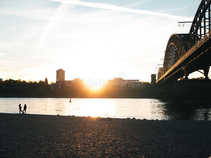 在河莱茵河的桥梁在日落的科隆 图库摄影