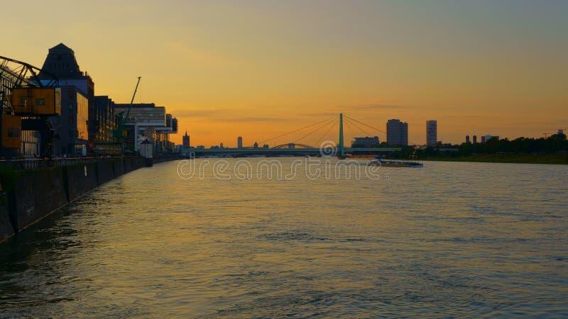 在河莱茵河,科隆,德国的美好的日落 免版税图库摄影