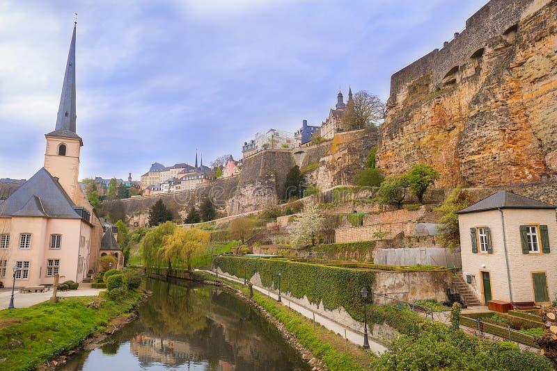 在河谷的中世纪废墟在卢森堡 免版税图库摄影