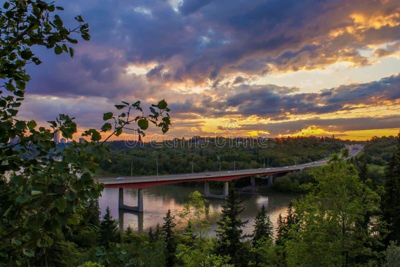 在河谷的五颜六色的日落天空 免版税库存照片