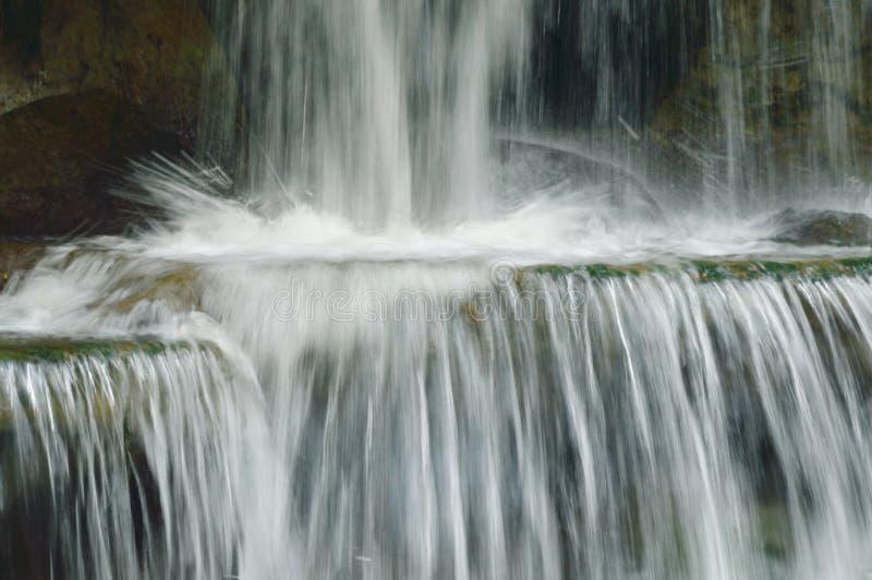 在河通行证岩石的瀑布和石头在森林里 库存照片