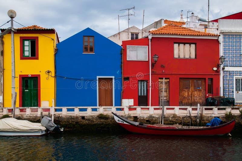 在河附近的五颜六色的房子 免版税图库摄影