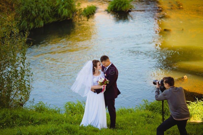 在河附近的婚礼photoshoot 免版税库存照片