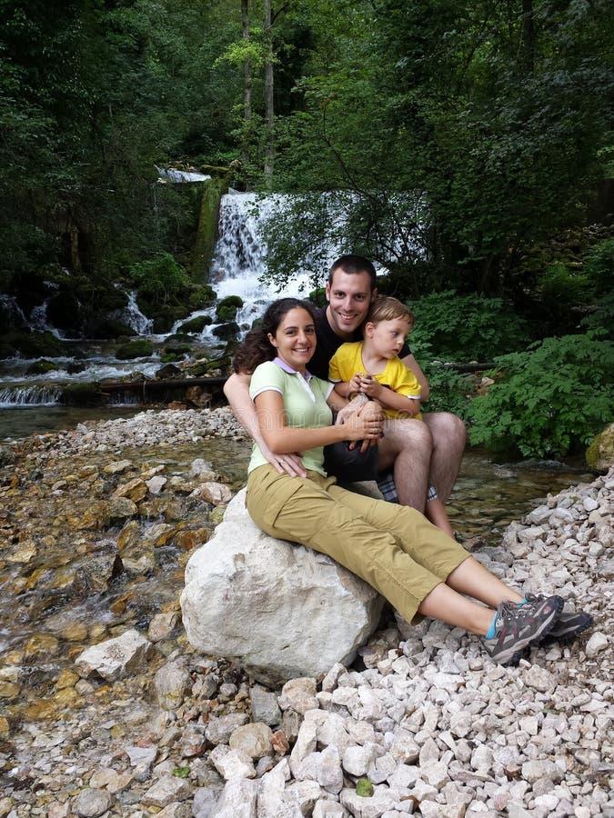 在河附近的家庭 免版税库存图片