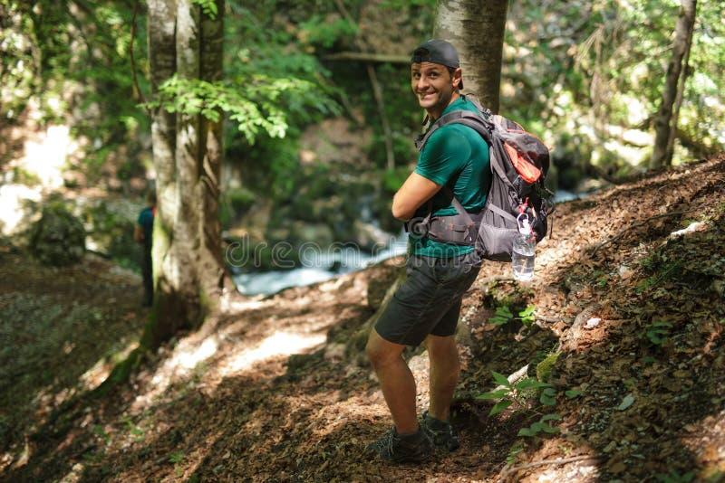 在河附近的游人在森林里 免版税库存照片
