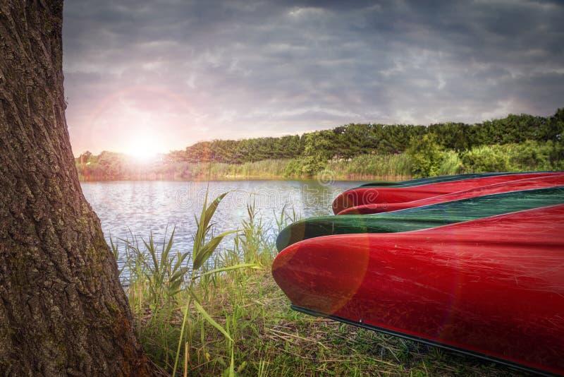 在河附近的独木舟小船 免版税库存图片
