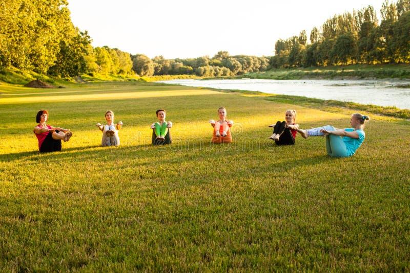 在河附近的瑜伽训练 免版税图库摄影