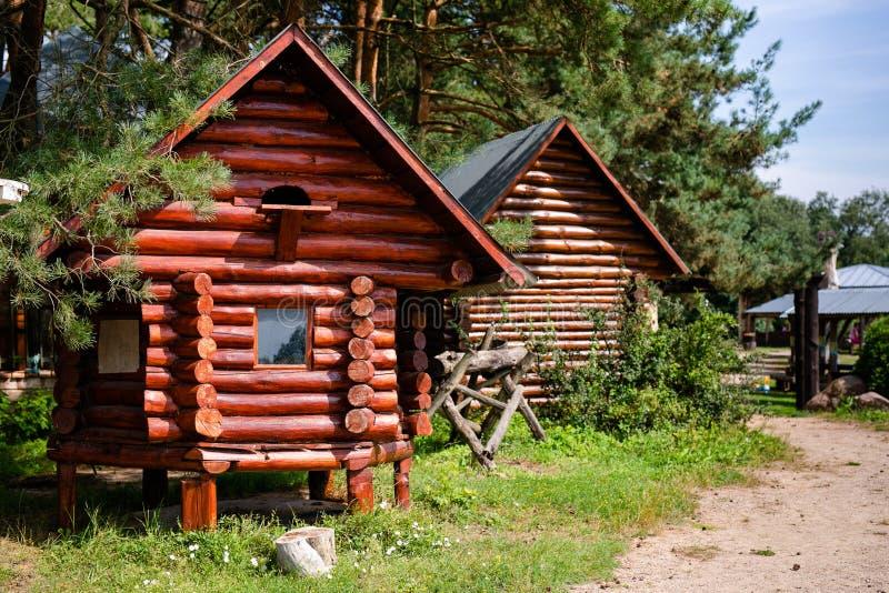 在河附近的老木房子 免版税图库摄影