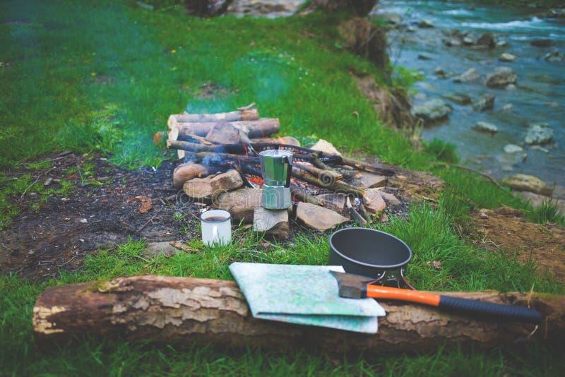 在河附近的营火 免版税库存照片