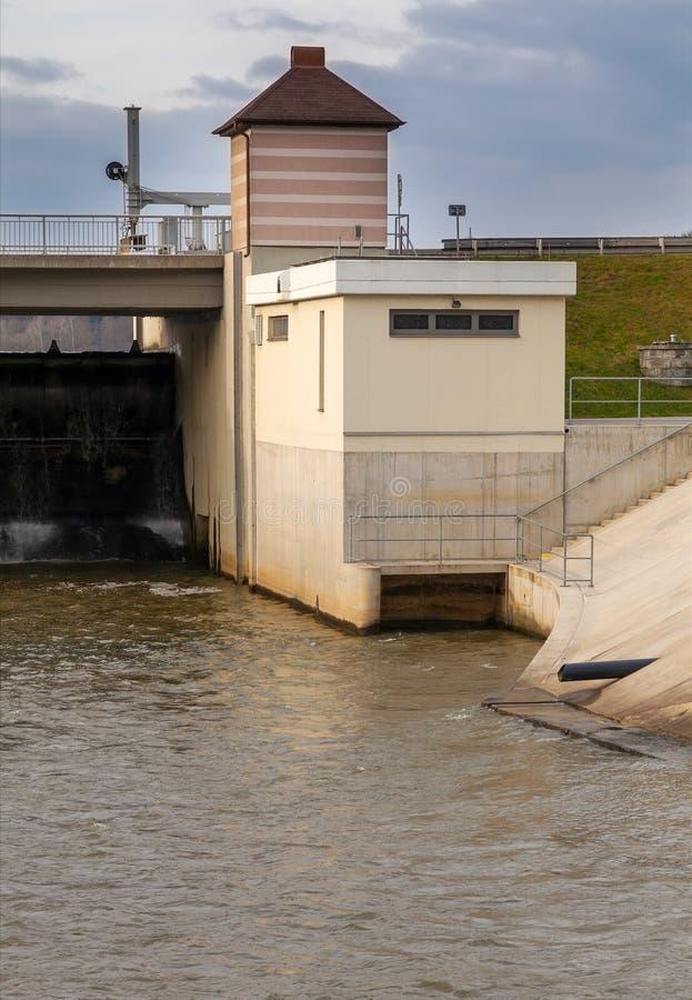 在河,捷克的水坝 库存照片