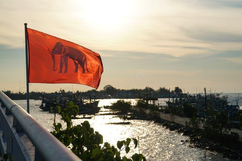 在河,海的桥梁早晨太阳上升,小船,大象旗子泰国 库存照片