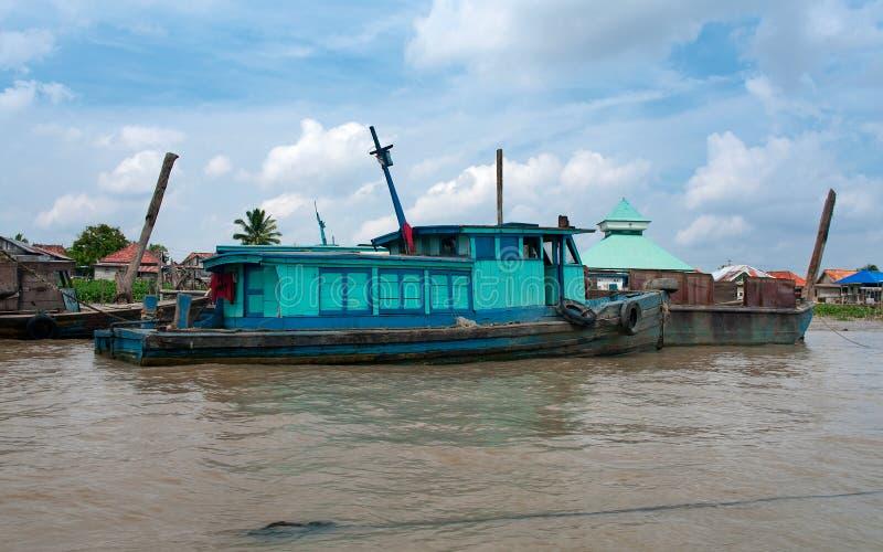 在河,巴邻旁,苏门答腊,印度尼西亚的小船。 库存照片